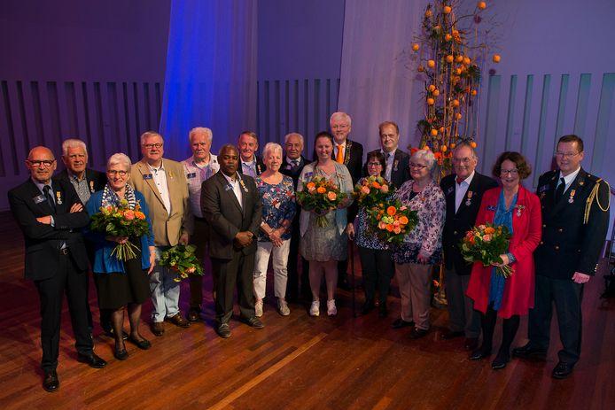 De gedecoreerden vana 2018 in Tilburg samen op de foto: dat ziet er in het coronajaar niet in.