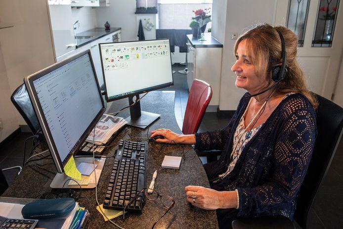 Soms is Sandra Busch op kantoor, maar meestal zit ze ook thuis achter de computer.