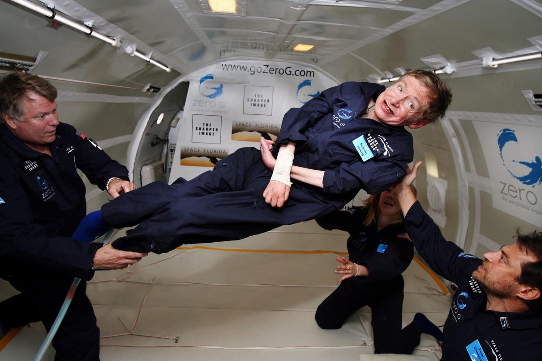 Stephen Hawking ervaart gewichtloosheid tijdens een vlucht over de Atlantische Oceaan in 2007.  Beeld AFP