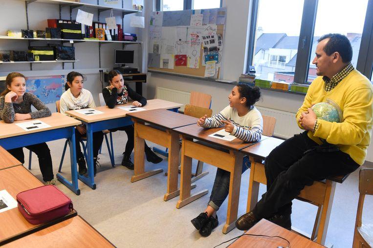Een klas in Parijs (archiefbeeld). Er zijn talloze manieren om het onderwijs te verbeteren, maar de kleine klas is zichtbaar en populair bij ouders en docenten.  Beeld Photo News