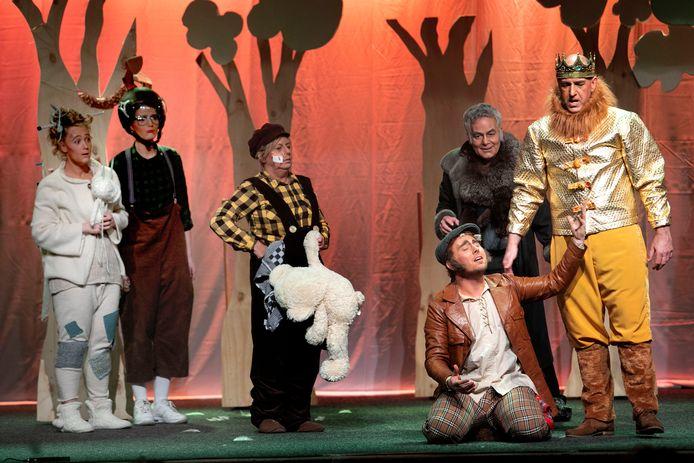 Acteurs van toneelgroep Maan uit Son en Breugel tijdens de première van de voorstelling Reinaert de Vos, in januari vorig jaar in het  Vestzaktheater.