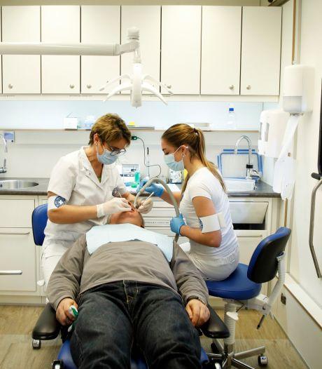 Veel mensen kunnen de tandarts niet betalen en dus stond deze mobiele praktijk in Amersfoort