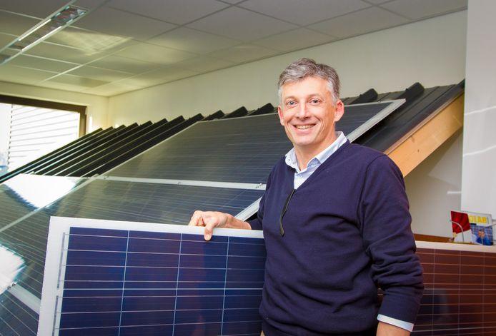 Directeur Huib van den Heuvel van Solarge bij enkele proefpanelen.