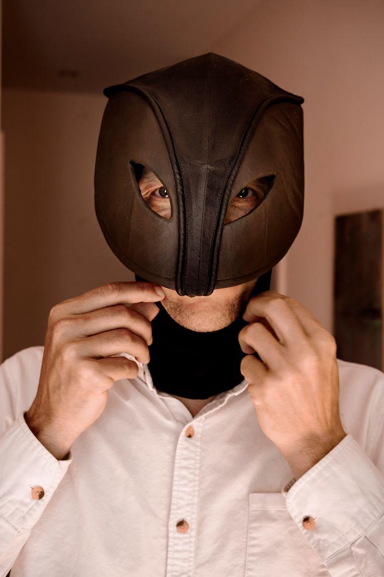 Thomas Goorden met een masker van 'De Kat'. Beeld Eric de Mildt