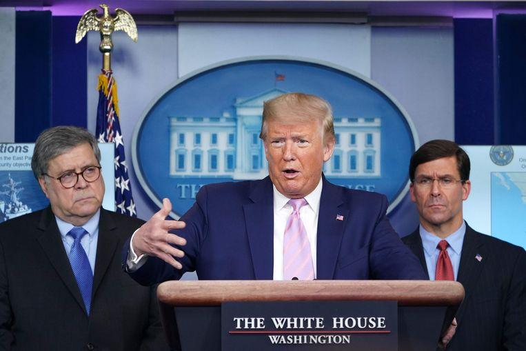 De Amerikaanse president Trump met rechts van hem minister van Defensie Mark Esper en links justitieminister William Barr. Beeld AFP