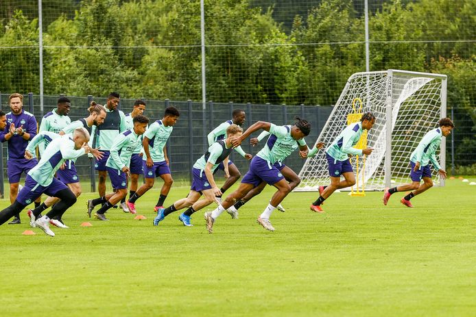 Noni Madueke voert een sprintoefening aan bij PSV in Duitsland.