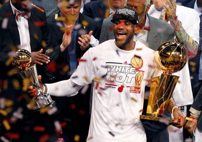 LeBron James krijgt in 2013 de bokaal voor meest waardevolle speler van de NBA..