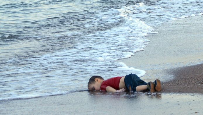 De foto van de verdronken Ayden in de branding schokte de wereld