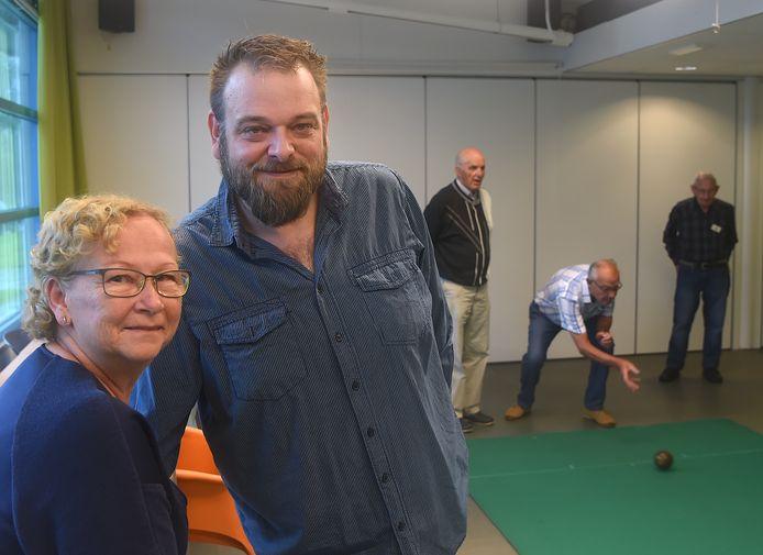 Mimi Ruikes met Gerard Westdorp; op de achtergrond de koersballers.