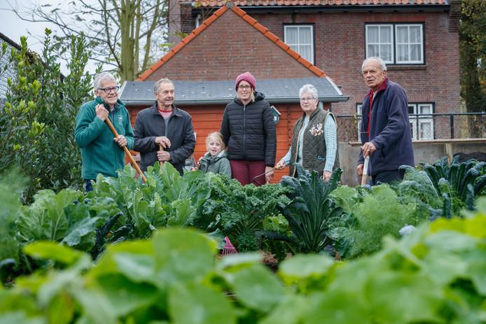 Etten-Leur - 1-11-2019  Vrijwilligers Antoon Lambregts, Jos de Ceuster, Anouska, Jelina, Marian van Rijckevorsel en Hilvert Boelmans in de Samentuin van Gogh op de hoek Anna van Berchemlaan/Lambertusstraat in Etten-Leur.
