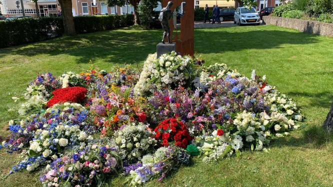 Bloemen van uitvaart Peter R. de Vries lagen plotseling bij kunstwerk van Linette: 'Wauw, wat mooi'