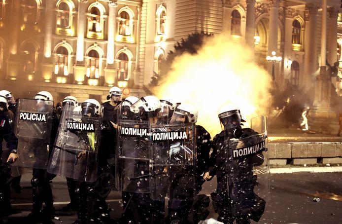 De politie clasht met demonstranten voor het parlementsgebouw.