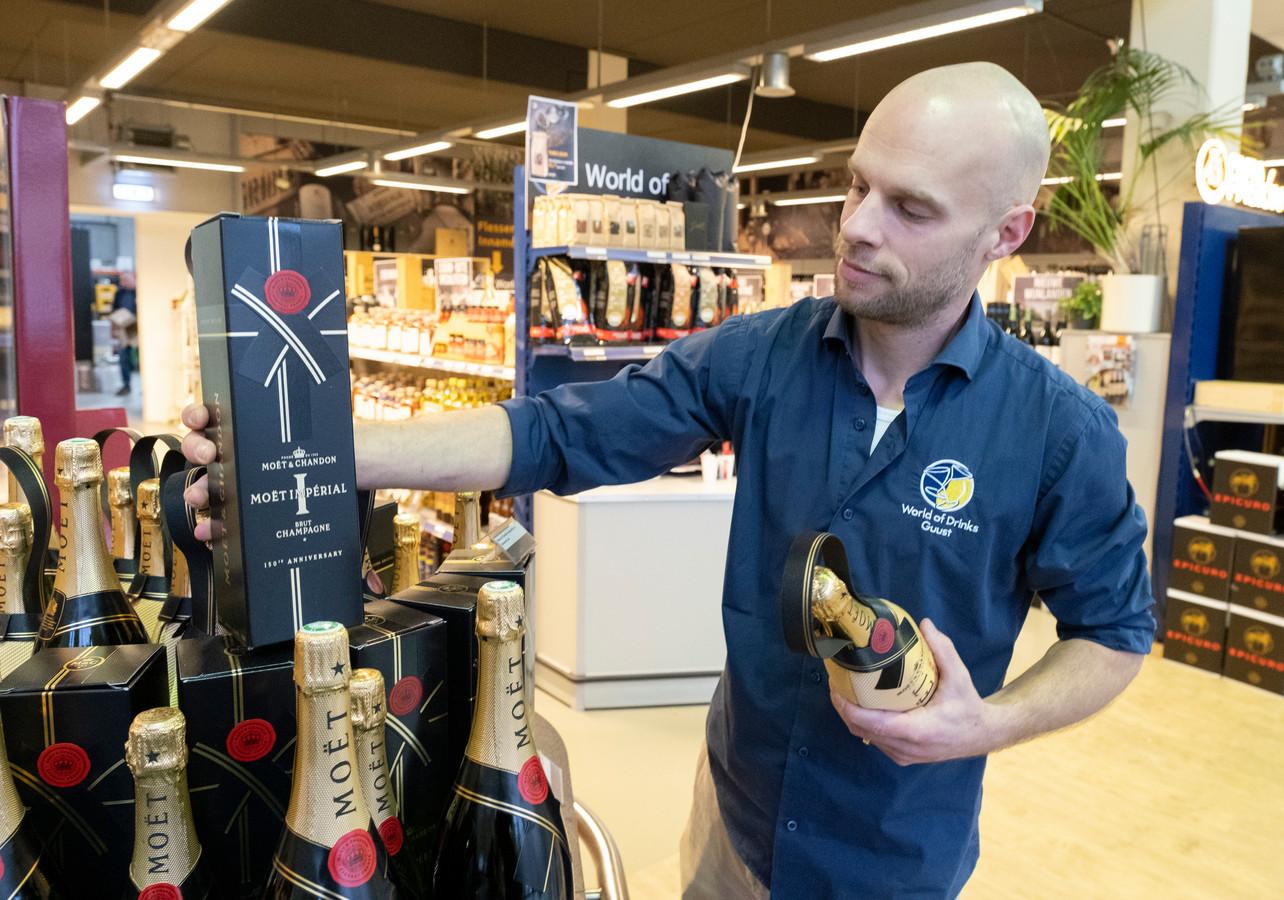 Guust Sluijs zet voor de jaarwisseling alvast de Champagne gereed. Het jasje rond de fles houdt de bubbels geruime tijd goed gekoeld.