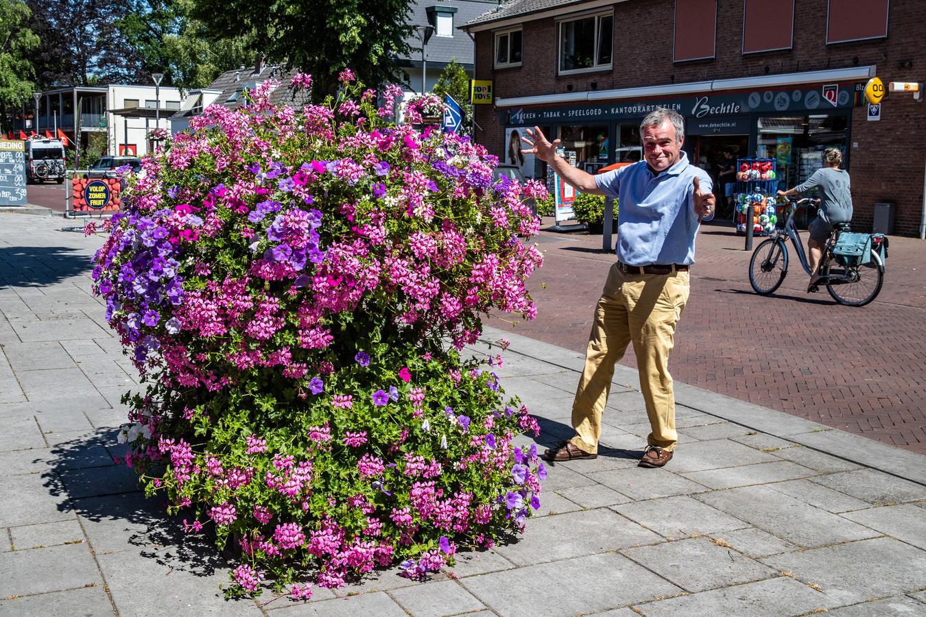 Otto van Harmelen voor één van de bloembakken die al jaren in het centrum van Gorssel staan. Als het aan de Dorpsraad Gorssel ligt komen er door heel Gorssel heen nog veel meer van die bakken.