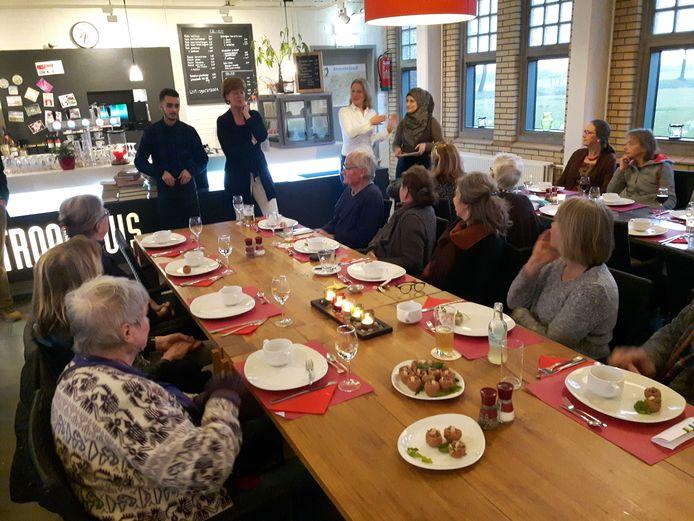 Zo'n 30 belangstellenden kwam naar cultureel centrum Het Stroomhuis in Neerijnen voor het etentje.