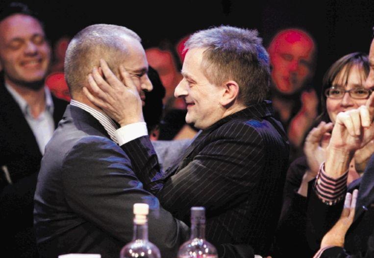 Schrijver Erwin Mortier (rechts) kust zijn vriend kort nadat hij hoort dat hij de winnaar van de Ako-literatuurprijs 2009 is. (FOTO MAARTEN HARTMAN) Beeld Maarten Hartman