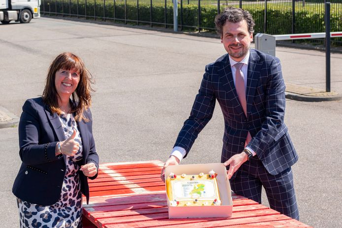 Felicitatiemomentje: Sandra Smits (Kivits Drunen) en Berend de Vries (wethouder Tilburg) met de winnaarstaart.