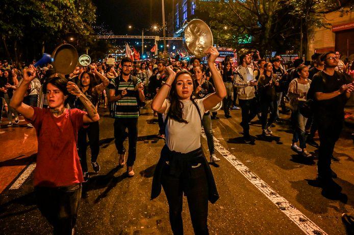 Nog voor de avondklok kwamen opnieuw demonstranten op straat om te betogen tegen het beleid van president Duque.