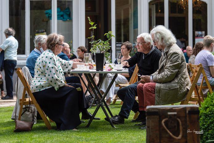 TIjdens de Garden Party worden de leden van het Talbot House bedankt.