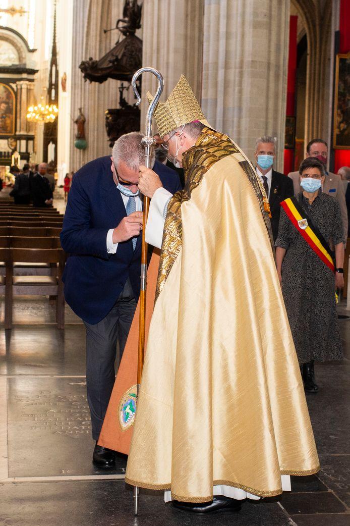 De prins kust de hand van de bisschop.