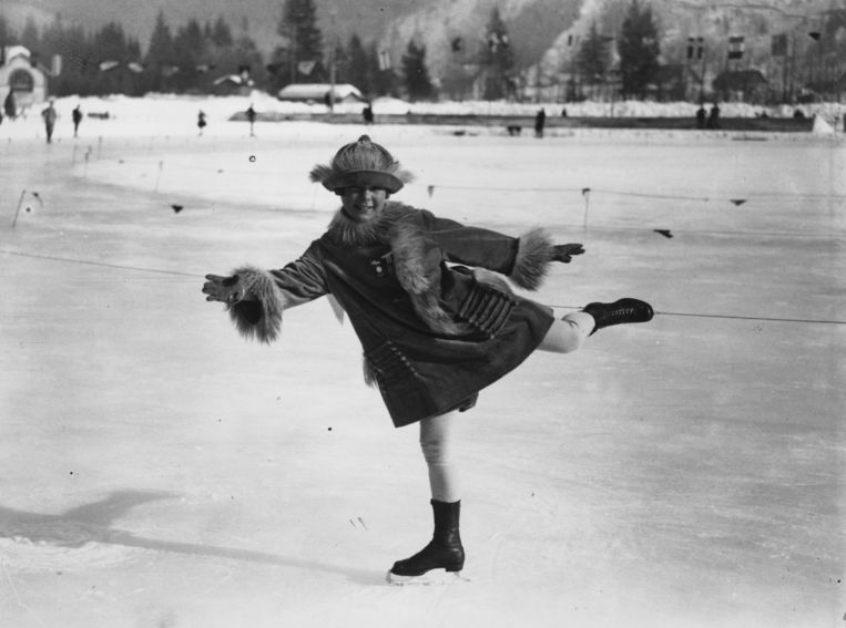 Norwegian ice-skater Sonja Henie (1912 - 1969) on the ice at Chamonix during the Winter Olympics.   (Photo by Central Press/Getty Images) Beeld Getty Images