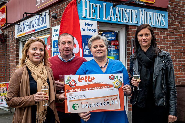 Peter Swaenepoel en Nancy Carlisle van dagbladhandel Swaenepoel ontvingen (symbolisch) de cheque van 1,5 miljoen euro van Caroline Vangoidsenhoven en Joke Casier van de Nationale Loterij.
