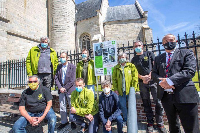 Enkele leden van Natuurpunt Ternat en burgemeester Michel Vanderhasselt (CD&V) bij het informatiebord over de slechtvalken aan de Sint-Gertrudiskerk van Ternat.