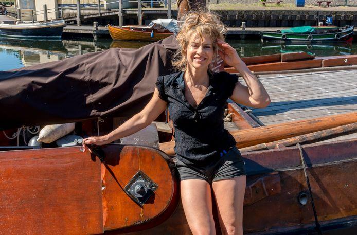Ellen ten Damme is een week te gast bij de Botterstichting om mee te helpen en hier een lied over te schrijven.