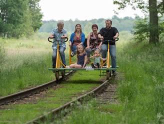 Met de fiets op oude militaire spoorlijn richting eerste terrasje van het jaar
