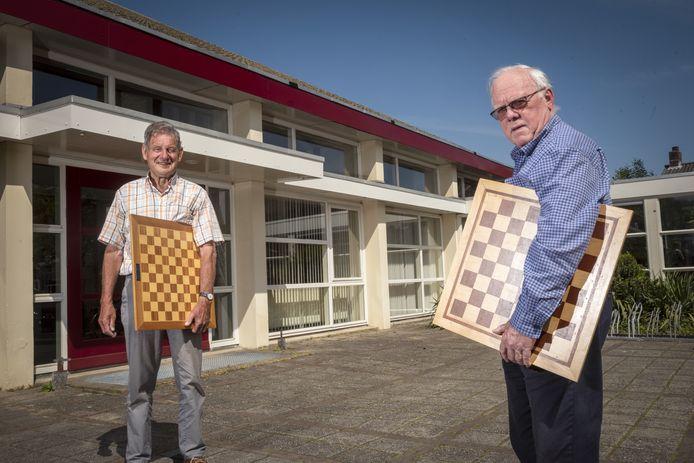 Voorzitters Johan Haijktink (links) van de Brummense Damvereniging en Paul van Berkum (rechts) van de Eerbeekse Schaakclub voor het Cultuurhuis Pater Dekker in Eerbeek.