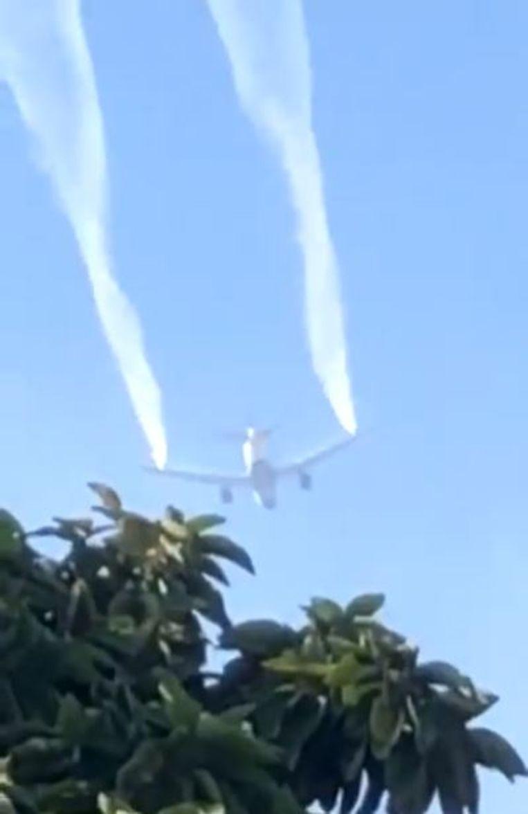 De Boeing van Delta Airlines dumpt kerosine boven Los Angeles om een noodlanding te kunnen maken. Beeld Twitter: @SujeyHernandez