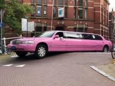 Roze limousine komt vast te zitten op het bruggetje bij de Breestraat