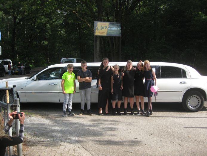Met een 'stretch limo' arriveren de leerlingen van groep 8 bij hun school.
