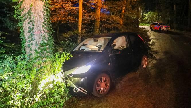 Automobilist verliest controle over het stuur en knalt frontaal op boom in Lieren