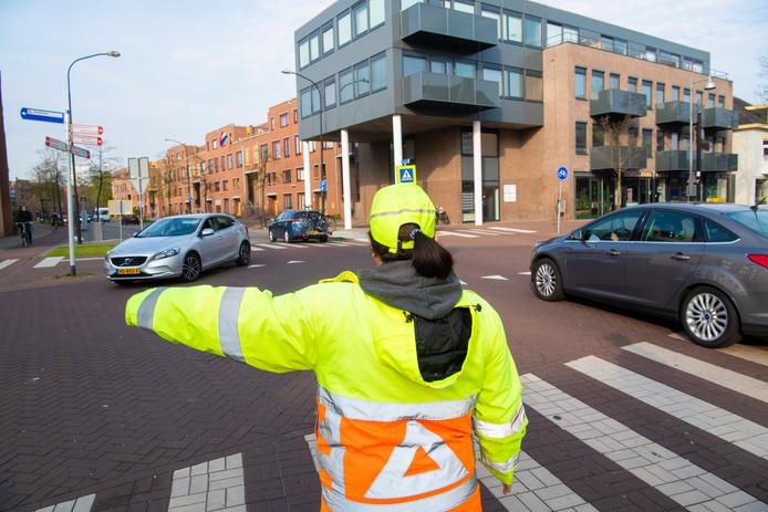 Dorine Krijgsman leidt het verkeer op het kruispunt Kalverstraat met de Hoofdstraat in goede banen.