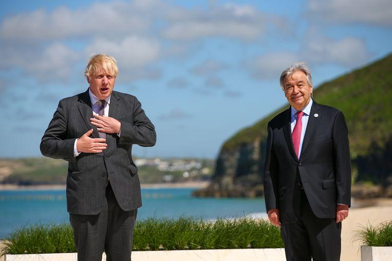 Brits premier Boris Johnson (links) met VN-secretaris-generaal Antonio Guterres (R) op een G7-top. Beeld EPA