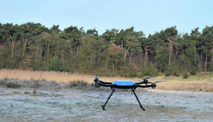 Alsof er een vliegende schotel is geland op de heide bij Woensdrecht. Dit is een drone van het bedrijf Aerobotica.