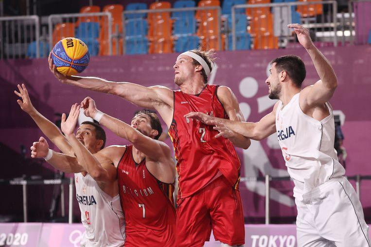De 3x3-ploegen van België en Servië in actie op de Olympische Spelen in Tokio. Beeld EPA