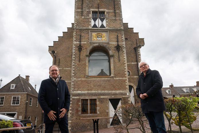 Arie Arensman (links) en Piet van de Erve willen de Roepstoel, het grote venster in beeld, in het Oude Raadhuis in Willemstad in ere herstellen.
