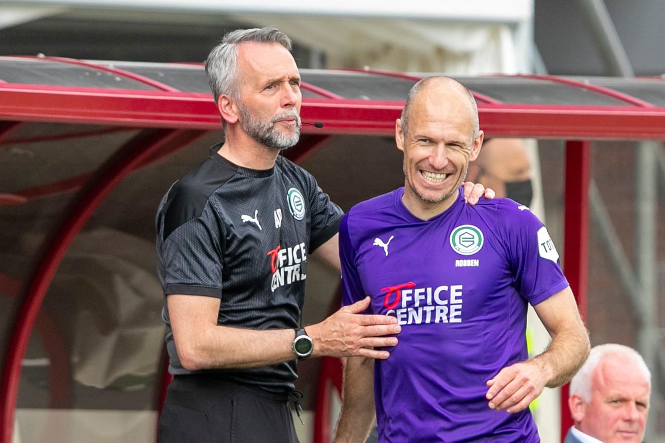 Arjen Robben gaat na zijn wissel met een grote grijns van het veld. Links: assistent-coach Adrie Poldervaart    during the match Emmen - Groningen
