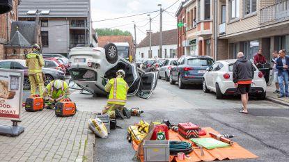 Wagen gaat over de kop voor kerk van Sint-Gertrudis-Pede