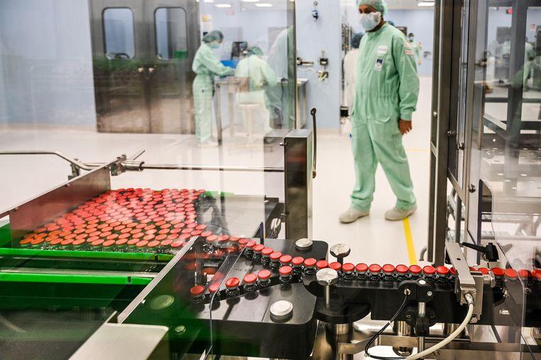 Een medewerker van een laboratorium houdt toezicht op de productie van het AstraZeneca-vaccin. Beeld Hollandse Hoogte / AFP