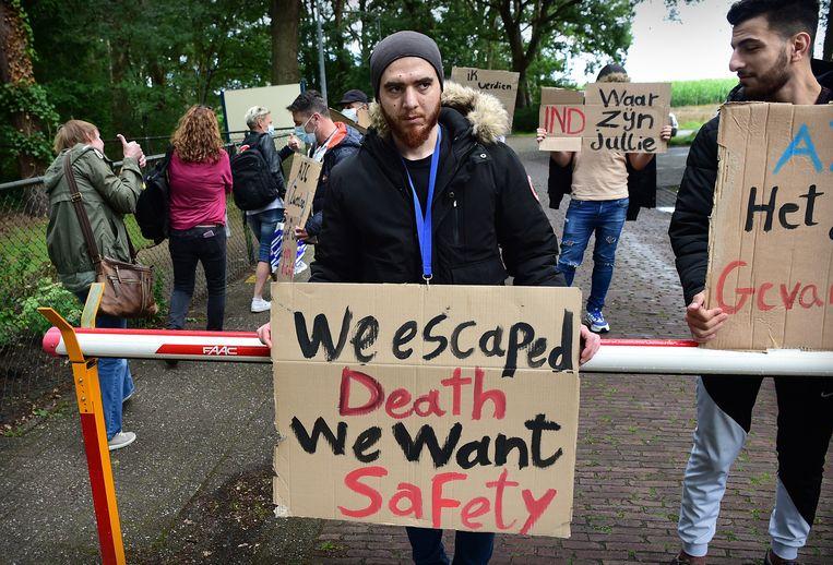 Asielzoekers protesteren voor de poort van het asielzoekerscentrum in Zweeloo tegen de slepende onzekerheid en de ongelijke behandeling van asielaanvragen.  Beeld Marcel van den Bergh / de Volkskrant