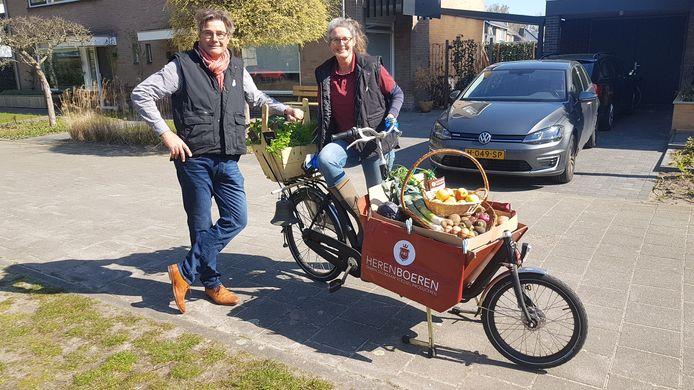 Herenboerin Marijn en haar man Jelte bij een bakfiets vol lokale producten.