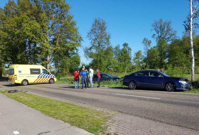 Een van de auto's belandde door de frontale aanrijding in de berm.
