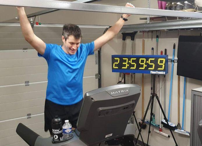 Eelco Franckaert voltooit in zijn garage zijn 24HourSportChallenge.