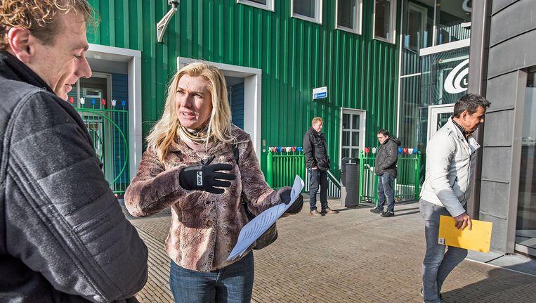 Voor het stadhuis van Zaanstad werft Elisabeth Hunyadi steunverklaringen voor haar partij Nieuwe Wegen, de partij waarmee ex-PvdA'er Jacques Monasch de verkiezingen in wil. Beeld Guus Dubbelman / de Volkskrant