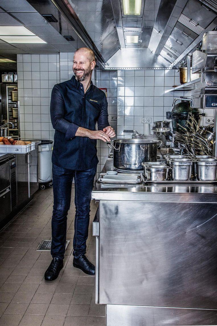Sidney Schutte in de keuken van het Waldorf Astoria Beeld Ernst Coppejans