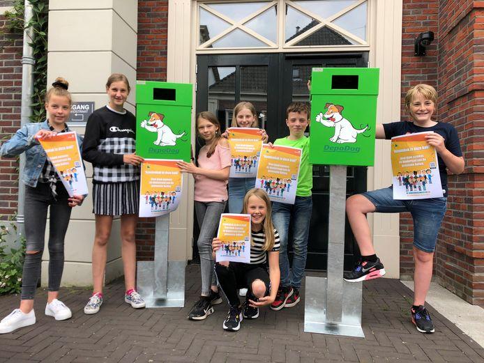 Op de foto: Izzy, Novin (kinderburgemeester), Emmelie, Sanne, Sanna, Cas en Taeke met de poster van de actie die de gemeente Aalten schoner moet maken.