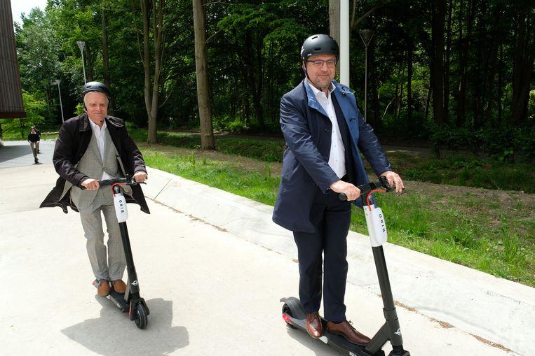 Ook UA-rector Herman Van Goethem en Antwerpse schepen Koen Kennis testen de Bird-steps uit op de campus Drie Eiken.